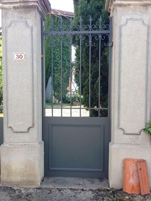 Résultat final d'un portail en acier thermolaqué, Clermont-Fd, 63